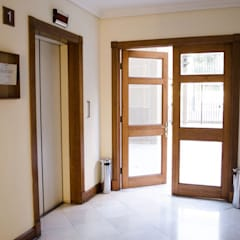 Marcos de puerta y pilastras.: Ventanas de estilo  por Ignisterra
