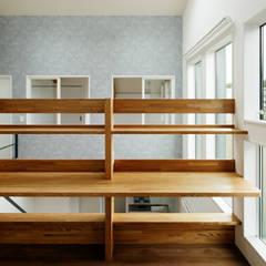 2階 棚: &lodge inc. / 株式会社アンドロッジが手掛けた廊下 & 玄関です。
