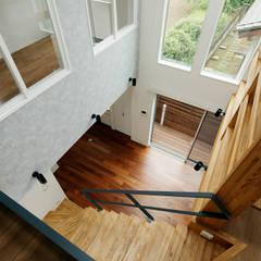 2階から: &lodge inc. / 株式会社アンドロッジが手掛けた廊下 & 玄関です。