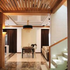 Жилой дом в стиле Фрэнка Ллойда Райта: Столовые комнаты в . Автор – АРХИФАБРИКА