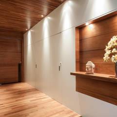 RESIDÊNCIA 430M²: Corredores e halls de entrada  por Elisa Vasconcelos Arquitetura  Interiores