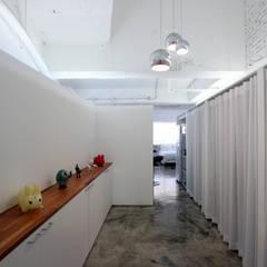 OYOUNG RESIDENCE: HJL STUDIO의  복도 & 현관,인더스트리얼 콘크리트