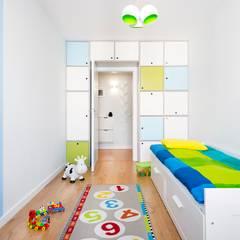 biało, szaro, przytulnie: styl , w kategorii Pokój dziecięcy zaprojektowany przez RedCubeDesign