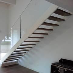 Nuova scala con doppio cosciale: Ingresso & Corridoio in stile  di Ideal Ferro snc