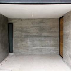 Garage/shed by Apaloosa Estudio de Arquitectura y Diseño