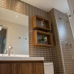 Apartamento do Jovem Casal - Brooklin, São Paulo: Banheiros  por Moussi Arquitetura