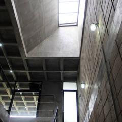 Pasillos y hall de entrada de estilo  por Apaloosa Estudio de Arquitectura y Diseño