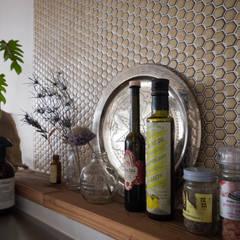 キッチン側壁のタイル: 株式会社エキップが手掛けたキッチンです。
