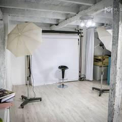 Estúdio Miguel Lobo Photography: Salas multimédia  por Marta Pedreira Design