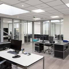 Bureau open space: Bureaux de style  par réHome