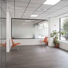 PROJET REHABILITATION D'UN ESPACE PROFESSIONNEL AU LUXEMBOURG Style minimaliste avec ouverture sur les différents espaces: Bureaux de style  par réHome