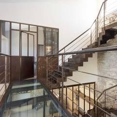 Réhabilitation d'un corps de ferme par un architecte d'intérieur à Lyon: Couloir et hall d'entrée de style  par réHome