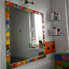 Ceramiczna rama lustra do łazienki, rama lustra z kafelków kolorowe kwiaty: styl , w kategorii Łazienka zaprojektowany przez Dekory Nati
