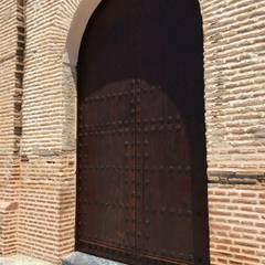 Portón restaurado : Puertas de madera de estilo  de Conely