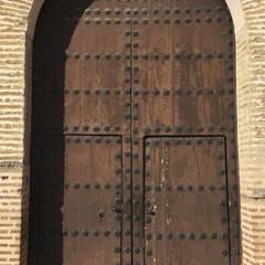 Portón sin restaurar : Puertas de madera de estilo  de Conely