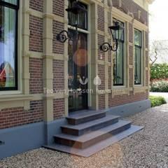 Statige, landelijke tuin bij monumentale villa:  Tuin door Teo van Horssen Hoveniers,