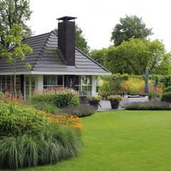 Gastenverblijf: klasieke Tuin door Teo van Horssen Hoveniers