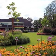 Uitbundige vaste planten borders: klasieke Tuin door Teo van Horssen Hoveniers