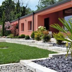 Sân trước by Lugo - Architettura del Paesaggio e Progettazione Giardini