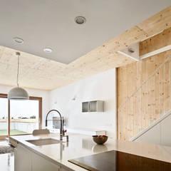 59RUT Obra nueva de casa entre medianeras al Centro de Terrassa: Comedores de estilo  de Vallribera Arquitectes