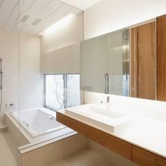WHITE  COURT HOUSE: MITSUTOSHI   OKAMOTO   ARCHITECT   OFFICE 岡本光利一級建築士事務所が手掛けた浴室です。