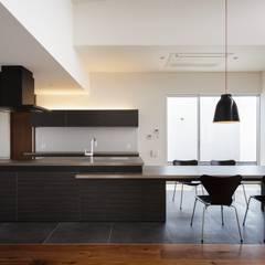 VERTICAL HOUSE (縦格子の家): MITSUTOSHI   OKAMOTO   ARCHITECT   OFFICE 岡本光利一級建築士事務所が手掛けたキッチンです。,