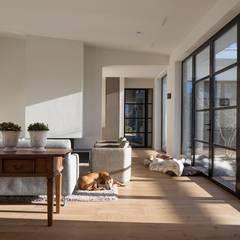 Moderne woonkamer:  Woonkamer door Van der Schoot Architecten bv BNA