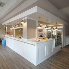 Arredamento bar stile liberty: Bar & Club in stile  di RMG Project Studio