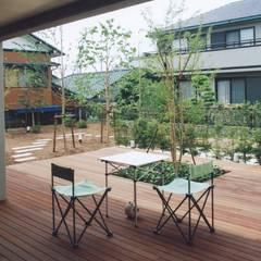 ピロティから庭に向かって広がるデッキ空間: シーズ・アーキスタディオ建築設計室が手掛けたベランダです。