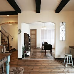 푸른하늘 아래의 거실, 「파티오」가 있는  스패니쉬 스타일의 집. : 주식회사 인듀어홈 코리아의  거실