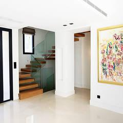 Escalier marche en porte à faux: Couloir et hall d'entrée de style  par Passion Escaliers,