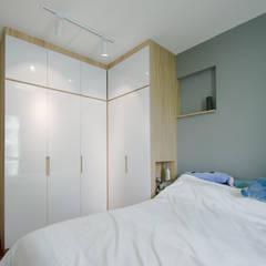 Punggol Waterway Brooks BTO:  Bedroom by Designer House