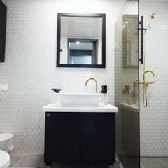 중랑구 상봉프레미어스엠코 럭셔리한 싱글남 홈스타일링: homelatte의  욕실,모던
