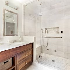 Master Bath:  Bathroom by Clean Design