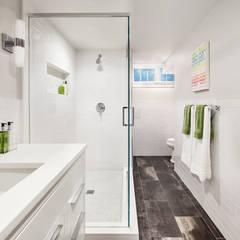 Bathrooms:  Bathroom by Clean Design