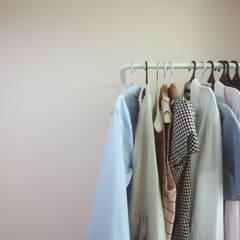 [홈라떼] 신혼부부의 포근한 20평대 아파트 홈스타일링: homelatte의  드레스 룸