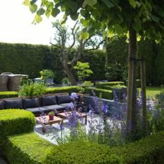 Moderne zitkuil in eigen tuin:  Tuin door Joke Gerritsma Tuinontwerpen