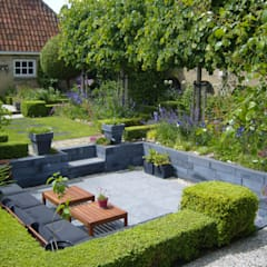 Moderne zitkuil in eigen tuin van tuinontwerper Joke Gerritsma:  Tuin door Joke Gerritsma Tuinontwerpen