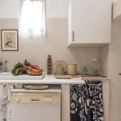 Relooking per un dammuso nella Val di Noto. : Cucina in stile in stile Mediterraneo di Boite Maison