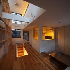 Salas de entretenimiento de estilo ecléctico por FORMA建築研究室