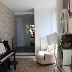 espace lecture: Salle multimédia de style  par Agence ADI-HOME