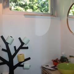 wc: Murs de style  par Agence ADI-HOME