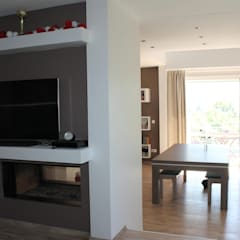 mur tv: Salle multimédia de style  par Agence ADI-HOME