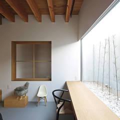 Salas multimedias de estilo  por 空間建築-傳 一級建築士事務所
