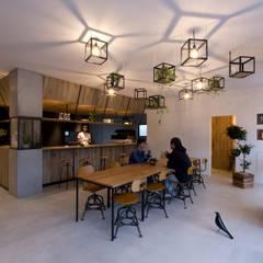 cafe CICERO: ALTS DESIGN OFFICEが手掛けたリビングです。,ラスティック ガラス