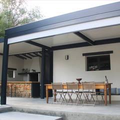 pergola bioclimatique pour la rénovation d'une terrasse: Jardin de style  par Koya Architecture Intérieure