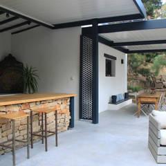 pergola bioclimatique pour la rénovation d'une terrasse: Terrasse de style  par Koya Architecture Intérieure