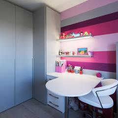 Chambre enfant fille: Bureau de style  par LA CUISINE DANS LE BAIN SK CONCEPT