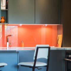 Cuisine orange laqué modèle Sigma, ouverte sur salon, style chic et moderne: Salle à manger de style de style Minimaliste par LA CUISINE DANS LE BAIN SK CONCEPT