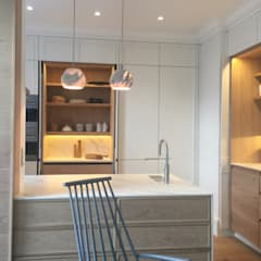 The White House:  Kitchen by Etienne Hanekom Interiors